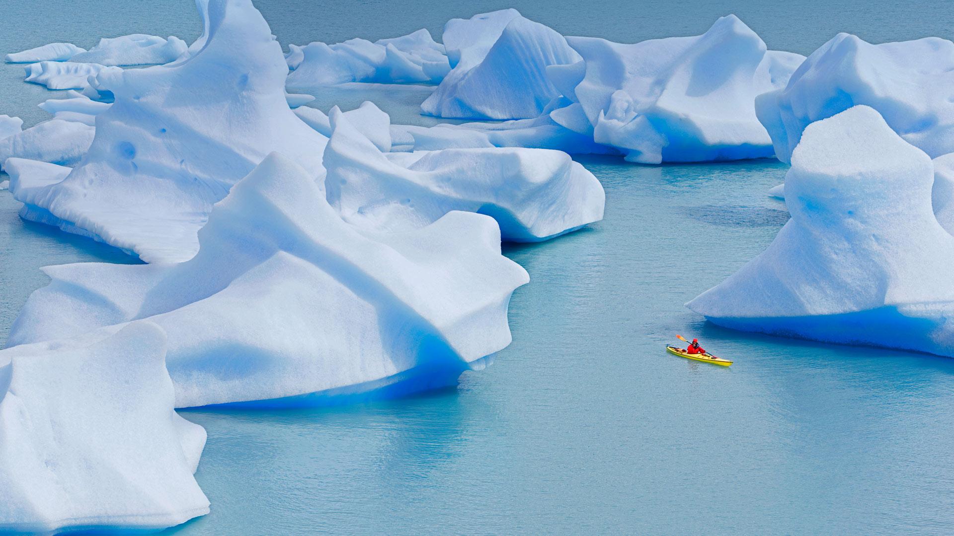 Lago Gray Kayaker
